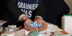 Mazzette per farmaci per terapia del dolore, manette a  medici e imprenditori