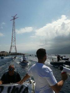 La pesca illegale in mare, le barche in corteo sotto il Pilone di Torre Faro