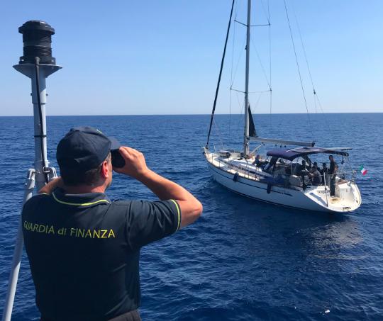 Siracusa, fermata nave con a bordo migranti pakistani: arrestati due scafisti