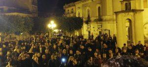 Misterbianco, centinaia in piazza per le dimissioni del sindaco Di Guardo