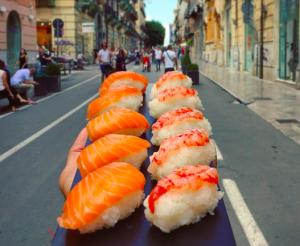 Più follower su Instagram hai, più sushi gratis mangi