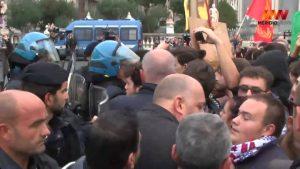Renzi a Catania, polemiche e scontri: la polizia carica la folla